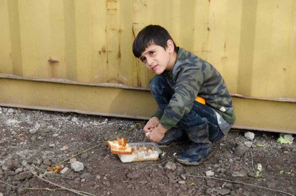 Camp de grande Synthe (agglomération de Dunkerque) Distribution de repas par Emmaüs